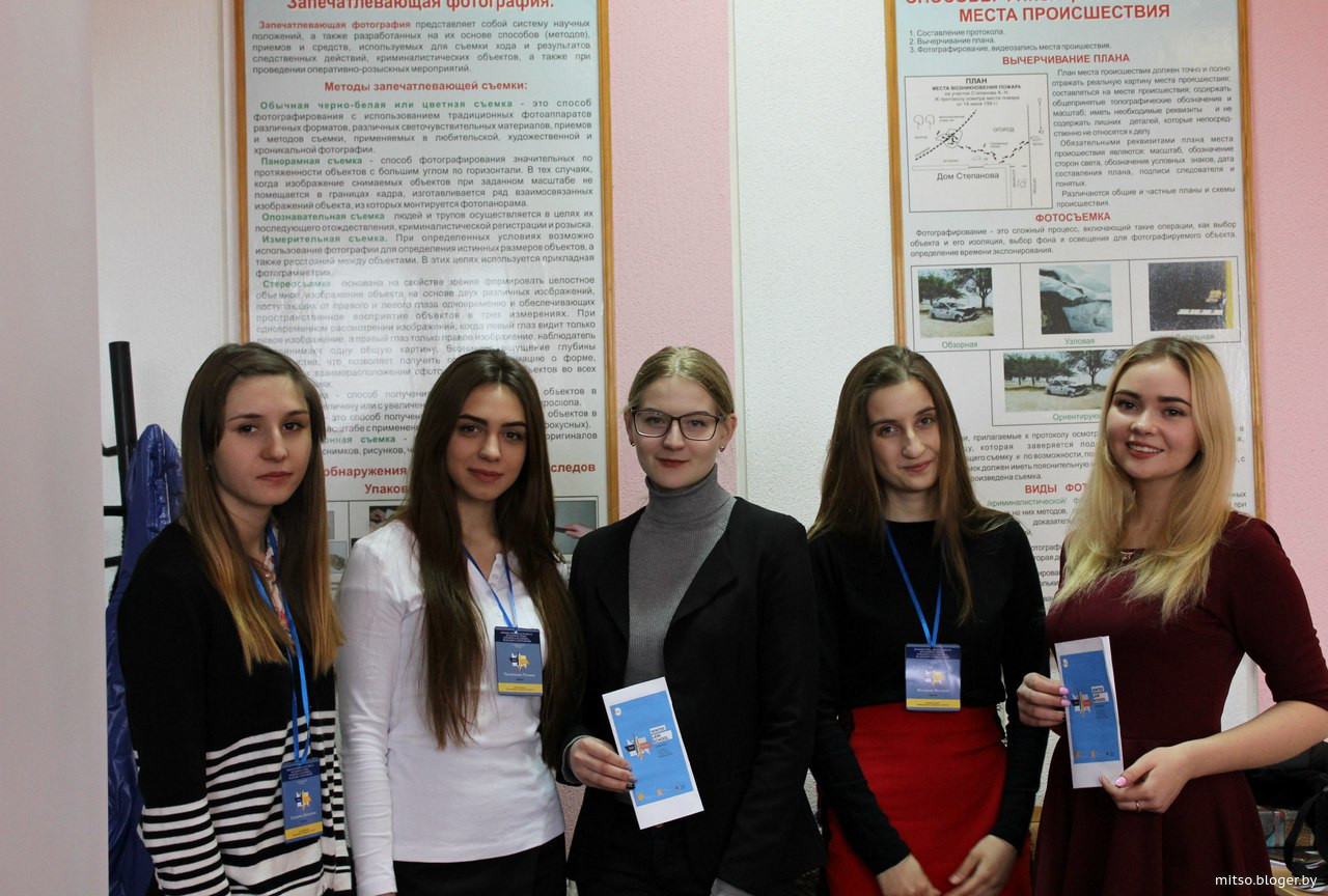moetsya-v-dushe-lyubitelskaya-semka-v-magazine-s-goloy-zhopoy